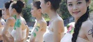 美女用人体艺术展现东西方差异