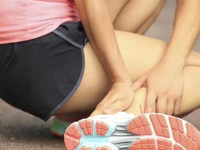 按摩小腿手法示范5 从膝盖至脚踝方向从上向下轻抚整个小腿部分,两手
