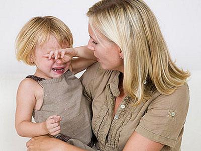 """宝宝!起来!""""小男孩似乎不太给面子,看了看她,看了看我们,就是不起来."""
