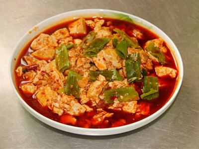 二,麻婆豆腐 食材:嫩豆腐,郫县豆瓣酱,葱,牛肉,花椒面,蒜,水淀粉