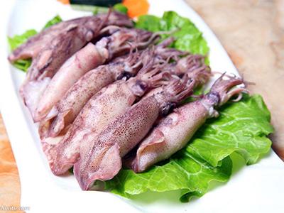 海兔性寒,味甘,可食.沿海渔民一般都就地配制成海兔酱.