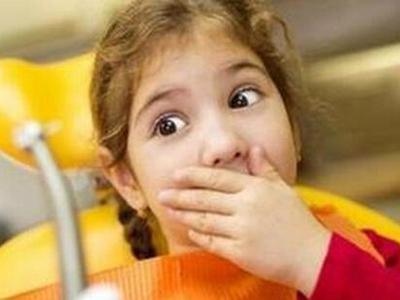 渐渐地孩子吃东西时会感到牙疼,不敢用患侧牙咀嚼.