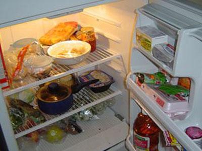 """""""电冰箱综合征""""引起的原因是长时间食用电冰箱内的食物而造成的各类"""