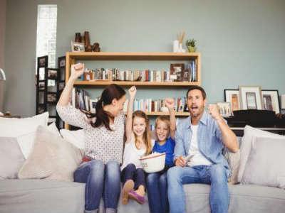 趴着读书 很多人在上床以后睡觉前都有读会儿书的习惯.