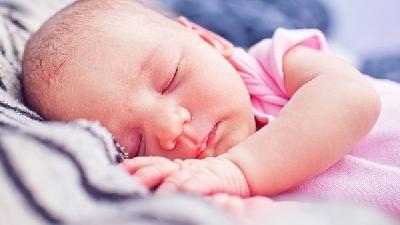 新生儿喂奶粉需要喂水吗?新生儿喂奶的正确姿势和方法?