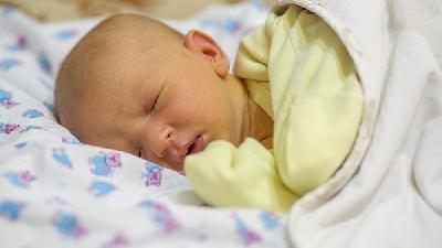新生儿怎么哄睡?新生儿睡了一放就醒怎么办