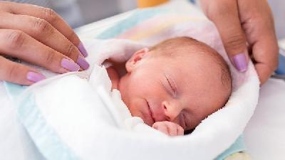 新生儿脸上为什么会长红点点